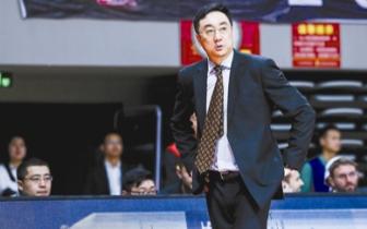老熟人王非率队回杭 杭州球迷争相合影