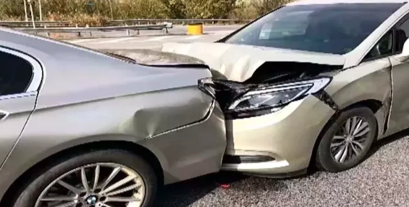 沧州高速上 司机一个小动作引发交通事故