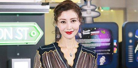48岁李嘉欣涂红唇穿透视裙容颜不老