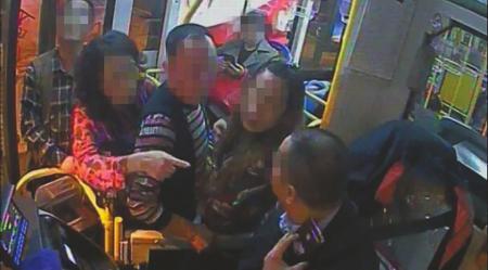 女子抱狗上公交被拒 一路大骂司机还开闪光灯拍照