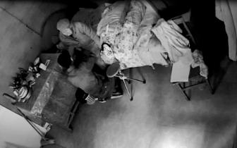 惯犯入室抢劫89岁老人200元家中监控拍下全过程