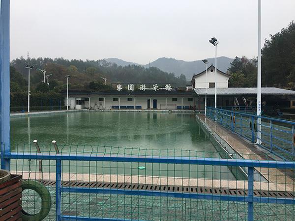 村委会自印7千张泳票给村民 百名老人持票强行游泳