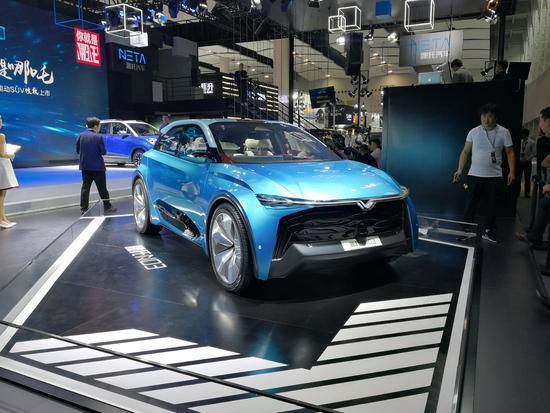 科技感十足 哪吒全新车型N03亮相车展