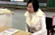 女教师坐轮椅坚守课堂 刷屏朋友圈