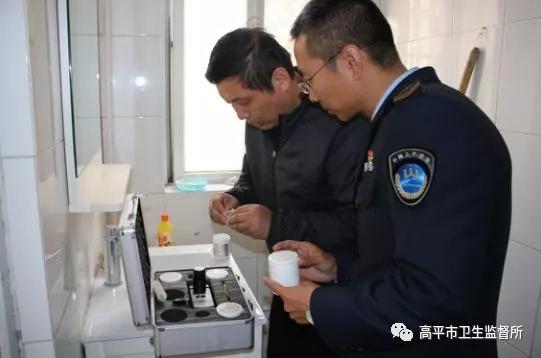晋城某小区居民家中的自来水有异味,其实是……