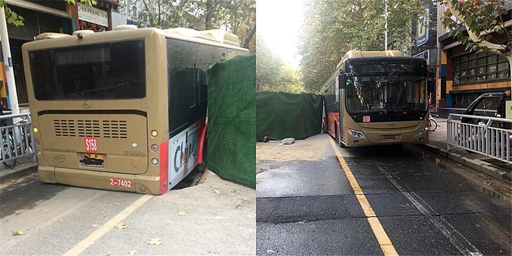 经七路一路段突发塌陷 公交车陷进坑中