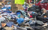民众为加州山火灾民捐衣物