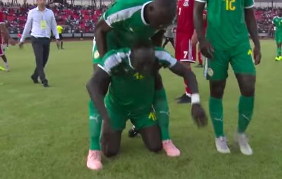 非洲人踢个足球有多难?大牌球员为国奋战被人民骂到跪地痛哭