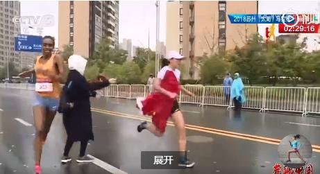马拉松赛中国选手冲刺争冠,遭志愿者递国旗干扰,丢了冠军还要挨骂