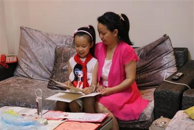 """妈妈成""""植物人""""苏醒后失忆6岁女儿教识字"""