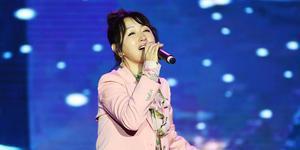 杨钰莹穿粉西装优雅甜美