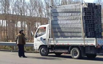 高速货车装载物超高 违法行为多发