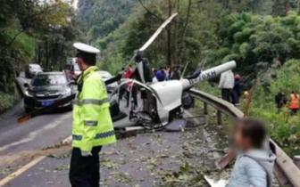 峨眉山景区一小型直升飞机迫降时发生意外 2名飞行员受伤