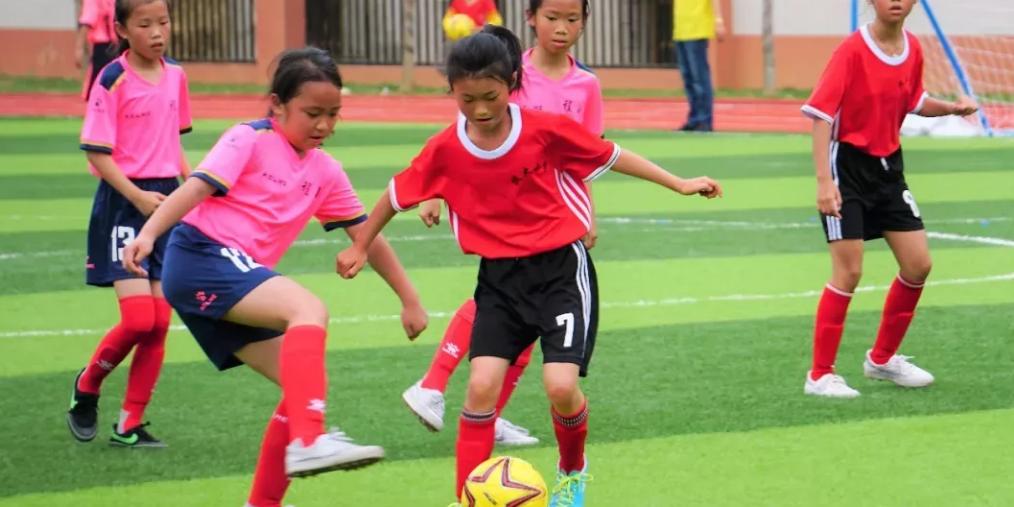 梅州校园足球扎实开展 球乡青少年勇追梦