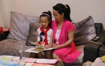 """宜宾10岁""""孝女"""":原来妈妈教我 现在我教妈妈"""