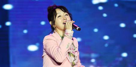 47岁杨钰莹穿粉西装表演风采依旧