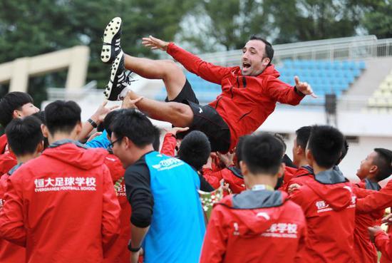 图4:恒大足球学校05梯队球员和教练员庆祝获得中国足球协会2018年青少年冠军杯男子U13组夺冠