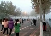 郑州一高校学生雾霾天晨跑 校方:周末可补跑