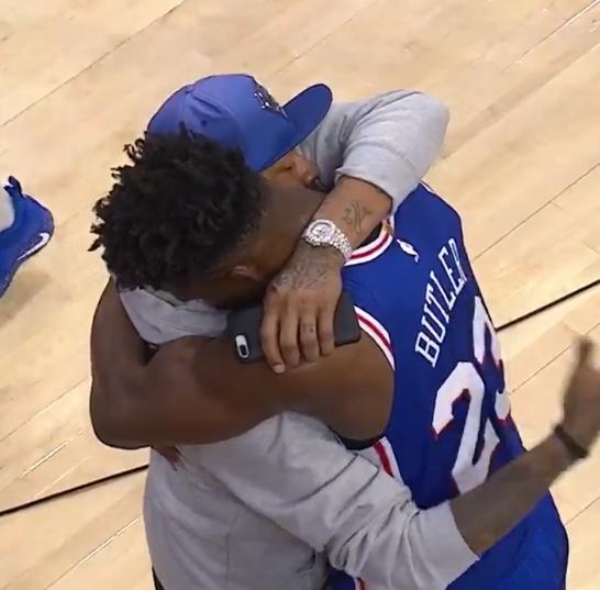 艾弗森与巴特勒紧紧拥抱不松开 一直拍打吉米后背