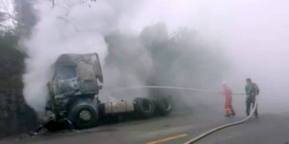 货车起火 交警与消防奋力施救助脱险