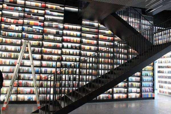 北京一高校设不打烊图书馆 学生不用排队等开门