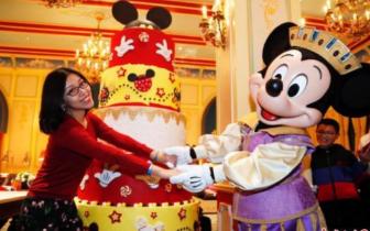 """米奇粉丝蜂拥迪士尼庆90周年 不惧""""等待11小时"""""""