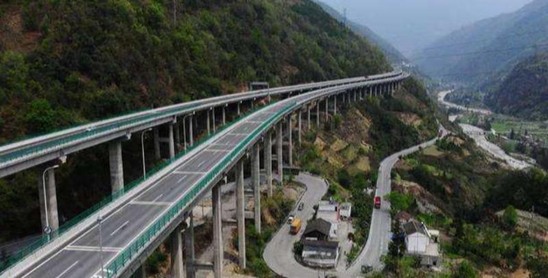 京昆高速平阳段故障厢车引发夺命事故