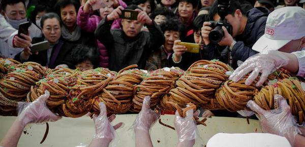 118斤巨型麻花表态天津麻花文明节