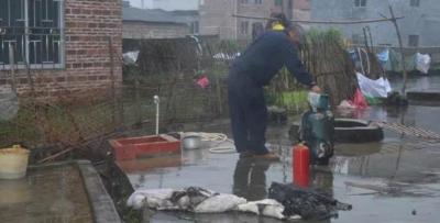 昭平樟木林村煤气罐着火 关键时刻警察迎火逆行!