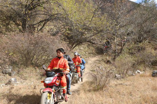 悬崖上的摩托骑兵:崎岖道路上运送人员设备物资