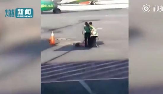 女子错过航班直闯安检口 冲上停机坪欲拦下飞机