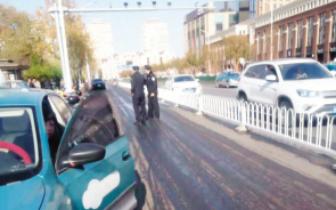 津一车道现油污带 多个骑车人摔倒