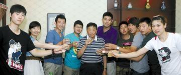 2012年端午孟祥龙(左三)拜望启蒙恩师