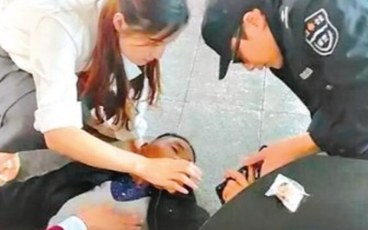 老人轻轨站台晕倒 最美姐弟挺身救人刷爆朋友圈