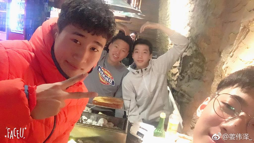 姜伟泽(左一)