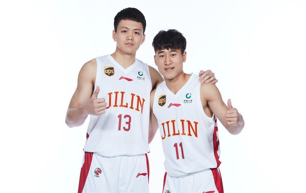 姜伟泽与姜宇星(右)