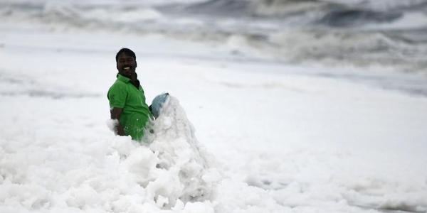 """印度因污染白色泡沫遍布 渔民""""雪地""""捕鱼"""