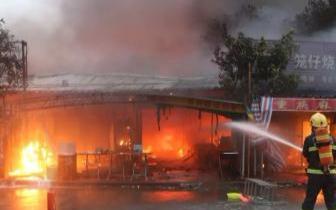 福州一杂物间起火殃及店铺 火灾未造成人员伤亡