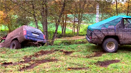 越野车玩命作车头陷入水塘