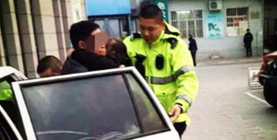 女孩被重物砸伤  廊坊市交警紧急送医!
