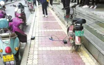 """电动车""""霸道""""充电 郑州街头屡见不鲜"""
