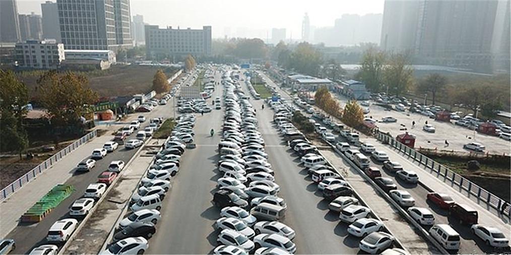 停车位难求 郑州未来路南段成了停车场