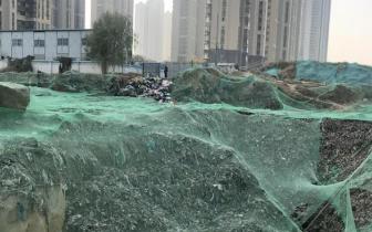 居民入住小区半年多 发现水井挨着垃圾场