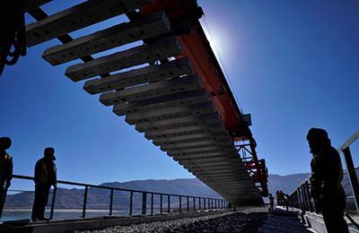 川藏线拉林段跨雅鲁藏布江大桥铺轨