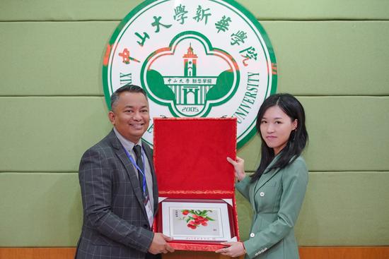 中山大学新华学院刘婉莉校长助理(右)代表学校向希尔米主任(左)赠送学校纪念品