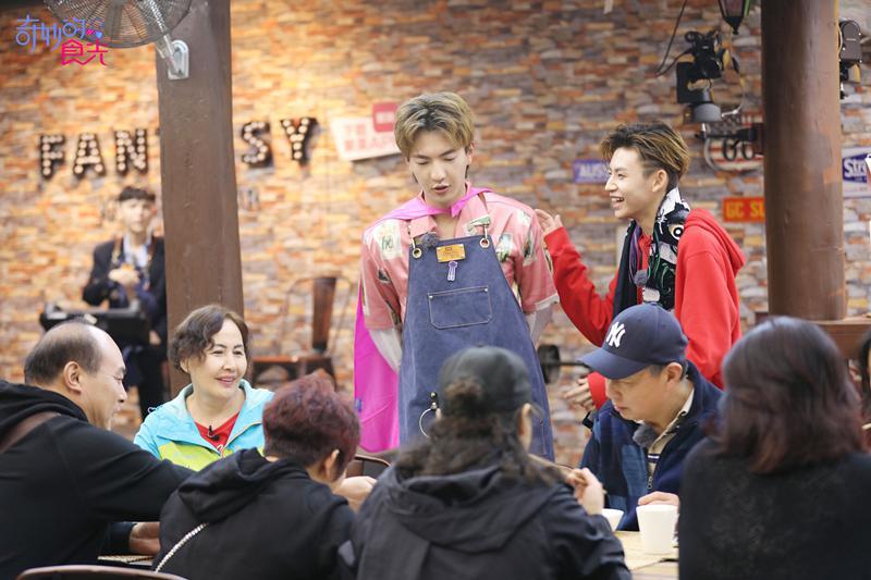 《奇妙的食光》尤长靖被催婚 小鬼朱正廷和大叔跳广场舞