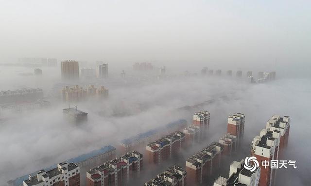 唐山地区出现平流雾天气 城市宛如仙境