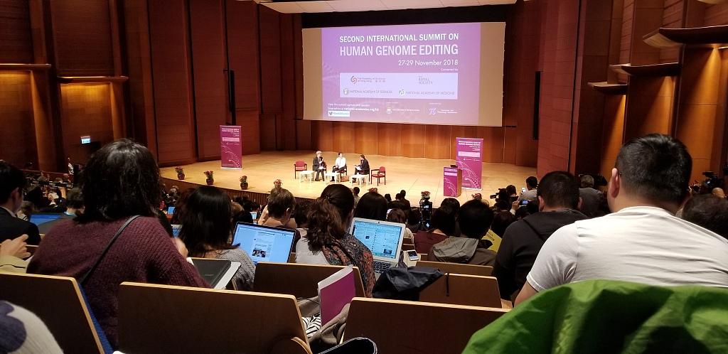 ▲2018年11月28日,香港,贺建奎出席人类基因组编辑国际峰会并发表演讲。图片来自视觉中国