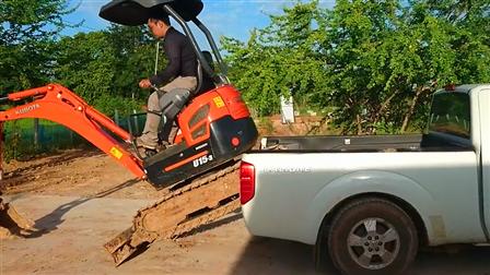 单人操控挖掘机如何上车