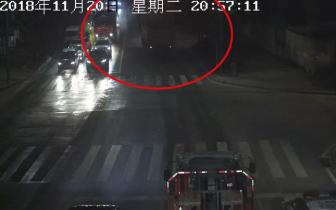 把民警当空气!大货车遮挡号牌+闯红灯+不按规定车道行